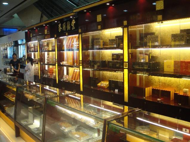 上海展柜厂家-上海展柜-上海宏桥展览展示有限公司于1998年成立,是一家专业从事商业环境设计,施工形象专柜研究设计生产销售安装一体化的商展企业。   上海宏桥展览展示有限公司是一家拥有独立的大型制作工厂,本公司拥有各种展示用品器材,承接特装搭建、标准展位、展板租赁、组合玻璃展柜、上海书画展摄影展搭建、上海医学会议展板展位搭建租赁、上海学术会议展板隔断展墙搭建租赁、上海屏风隔断租赁、上海展台搭建、上海展板出租、上海展柜货架展板标摊出租、上海展示柜租赁、上海展览展示柜出租、上海拍卖会展柜租赁、上海标