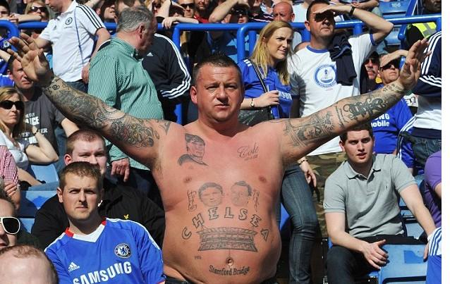 英超球迷的个性纹身 枪手队标文头上