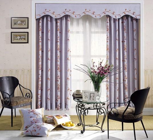 冬季,拉上幔帐式的窗帘将室内外分隔成两个世界,给屋里增加了温馨的