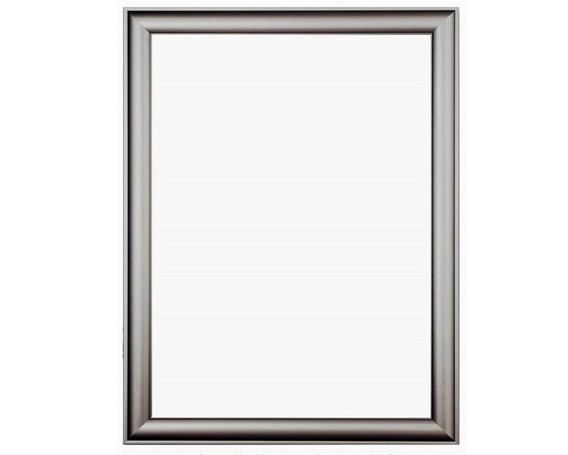 品名称:开启式海报框,海报夹,海报相框,海报画框 产品规格:常备规格30x40cm,40x60cm,50x70cm,60x80cm,可按要求定做 产品原料:外框:开启式海报架铝型材,弹片,角码或仿不锈钢色转角, 背板:kt板或pvc发泡板, 面板:ps透明有机板 边框宽度:一般采用3.2cm宽铝型材,同时还有2.