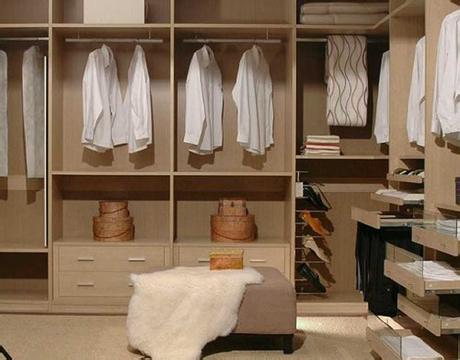 在整体衣柜的设计时一般将左右两边分开设计,男女各自拥有一个空间.