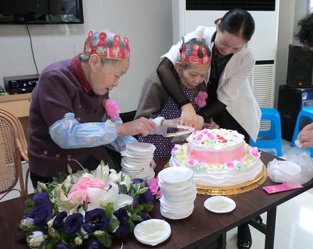 上海奉贤区长远养老院给院里老人过生日