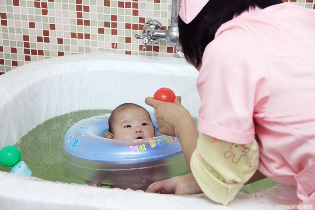 新生儿洗澡 新生儿洗澡常识 新生儿洗澡视频图片