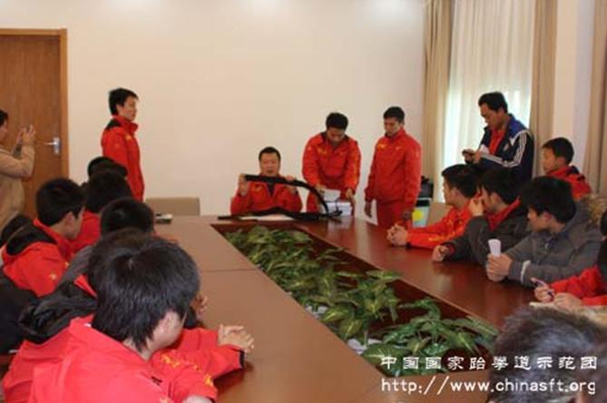 张团长为学员们颁发教练证书和国家示范团黑带